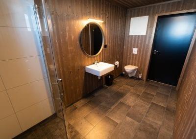Bad med dusj, vask, speil og toalett