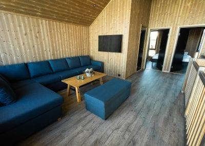 Loftstue med sofa og bord