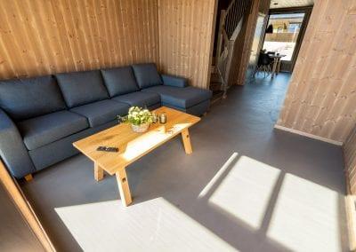 Stue med sofa og bord