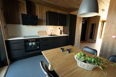 Kjøkken med spisebord, ovn og vask