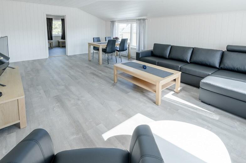 Stue med sofa, stoler og bord