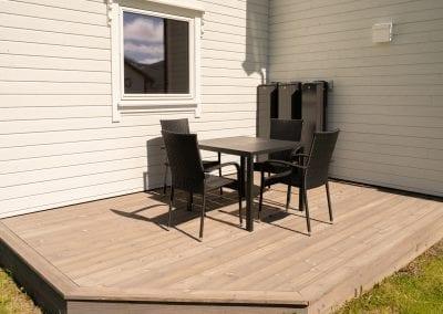 Terrasse med bord og stoler