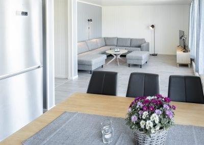 Stue med sofa, bord og TV