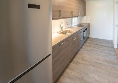Kjøkken med kjøleskap, vask og ovn
